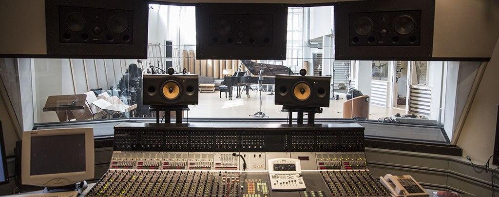 Аппаратная Rainbow Studios: вид   на тон-зал с рабочего места звукорежиссёра