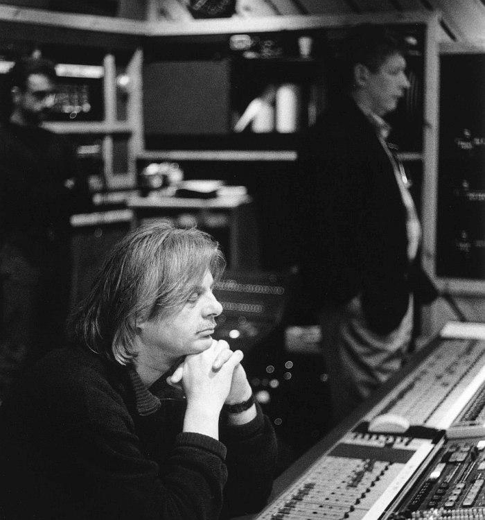 Манфред Айхер в аппаратной Rainbow Studios, 1990-е гг. На заднем плане справа Ян-Эрик Конгсхауг (фото © Deborah Feingold/ECM)