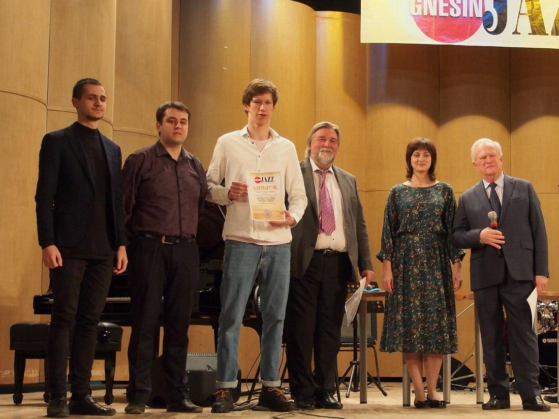 Участники одного из двух секстетов-лауреатов I степени: в центре альт-саксофонист Андрей Баталеев