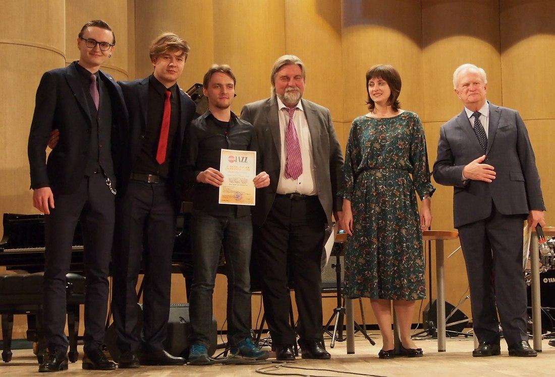 Участники одного из двух секстетов-лауреатов I степени: слева Юрий Псянчин
