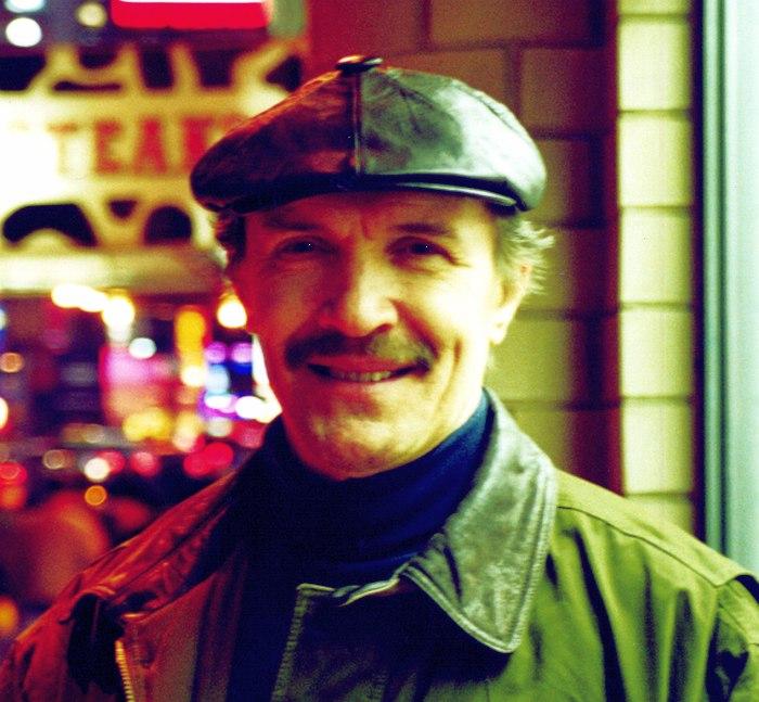 Николай Левиновский на нью-йоркских улицах (фото © Кирилл Мошков, «Джаз.Ру», февраль 2001)