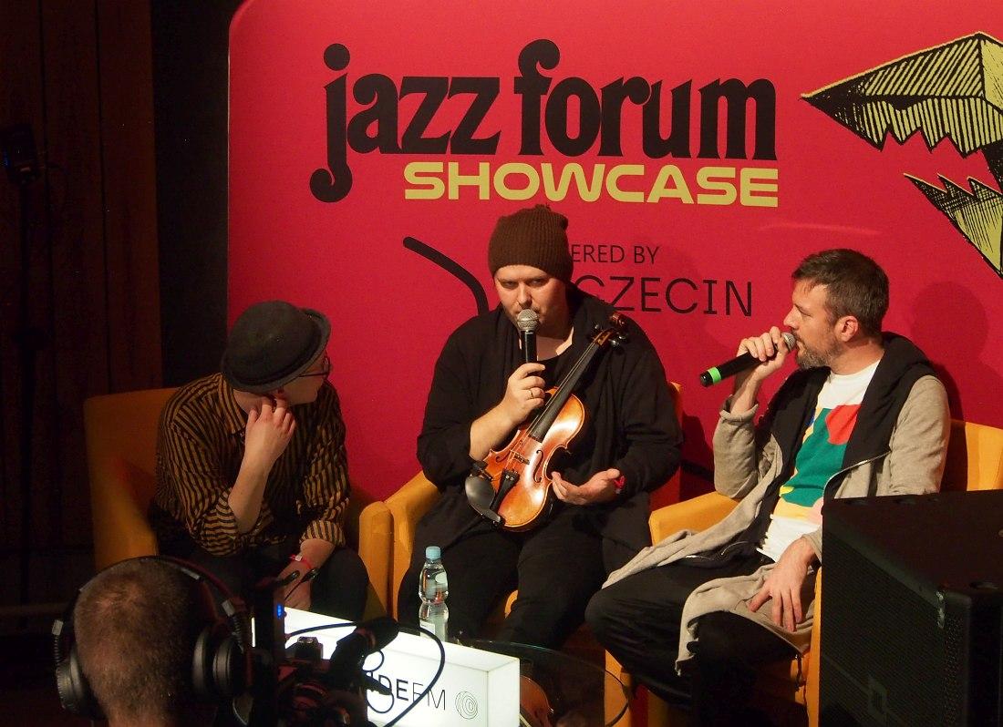 Участники Tomasz Chyła Quintet после выступления дают интервью ведущему радиостанции Worldwide FM, которая вела прямую трансляцию концертов шоукейса