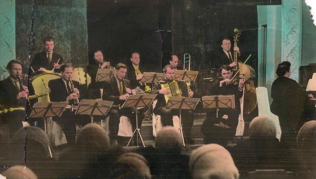 Оркестр Михаила Папашики, Челябинск, 1960-е гг. (чёрно-белое фото, по моде того времени раскрашенное вручную)