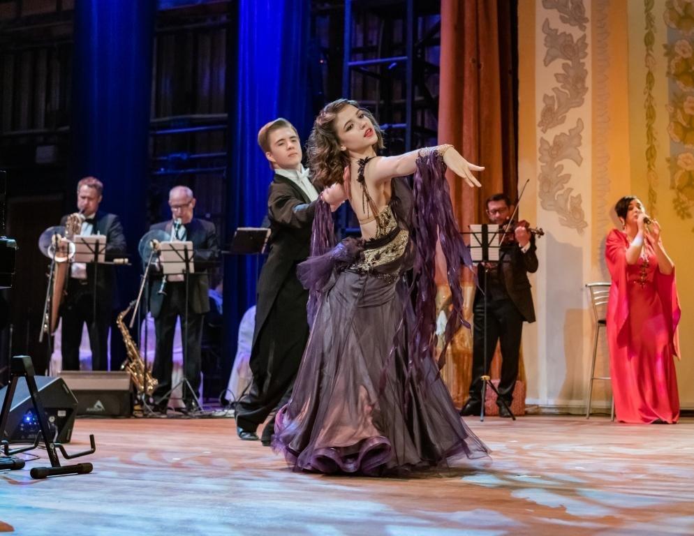 Солисты ансамбля бального танца Екатерина Бабкина и Михаил Герасимов (фото © Надежда Пелымская)