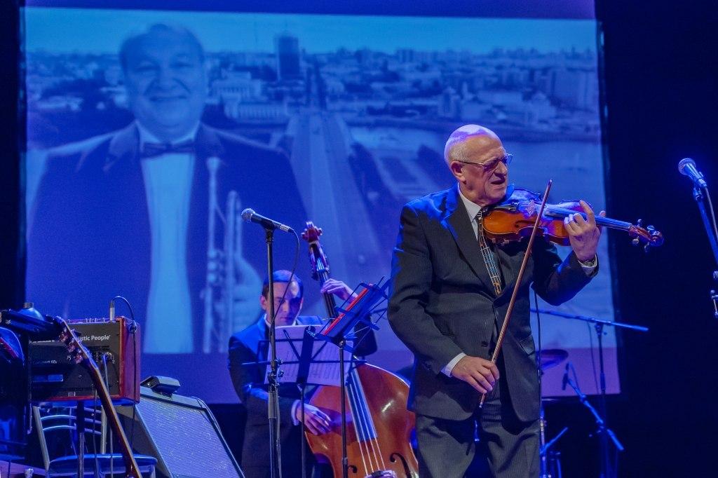 Давид Голощёкин исполняет «Я помню Игоря» (фото © Надежда Пелымская)