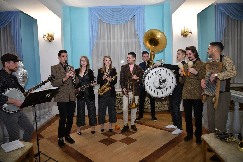 Kickin' Jass Orchestra начал с выступления в фойе (фото © Надежда Пелымская)