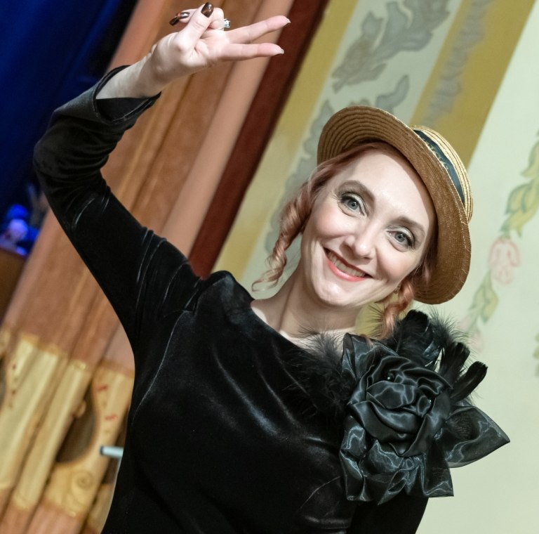 Директор ансамбля «Уральский диксиленд», ведущая Наталья Риккер (фото © Надежда Пелымская)