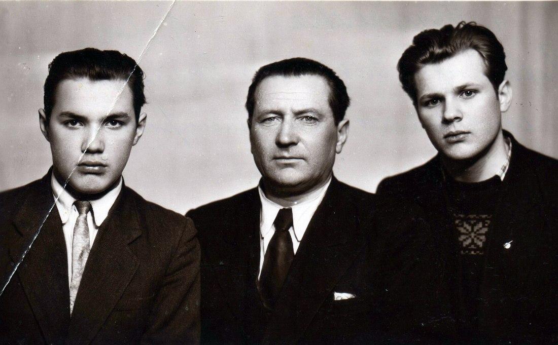 Братья Василевские (слева Владимир, справа Анатолий) с отцом. Архангельск, 1960