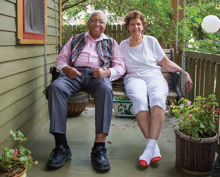 Эллис и Долорес Марсалисы на крыльце своего дома в Новом Орлеане, 2000-е гг.