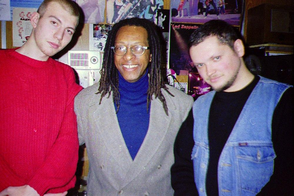 Фёдор Случевский, американский вокалист Тим Стронг и Кирилл Мошков (Константин Волков) в редакции Радио РаКурс, 1997