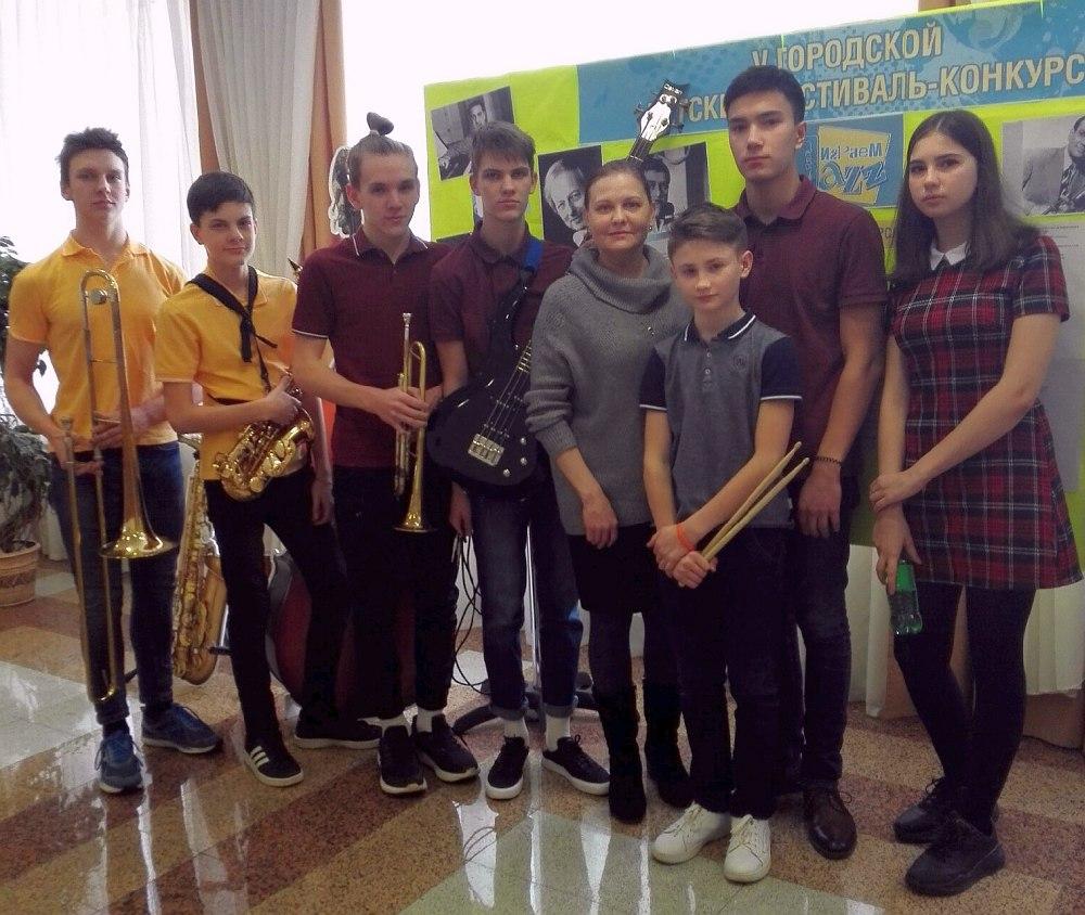 Автор не указал, какой именно это ансамбль из Магнитогорска (среди победителей три ансамбля из этого города). Простите нас, ребята, мы не знаем, кто именно на фото, но вы все молодцы!