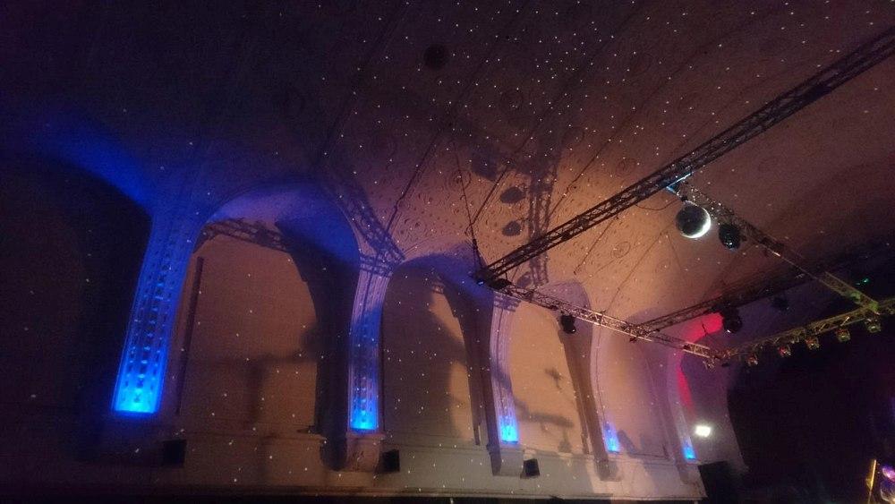 Если присмотреться, то на стене студии можно разглядеть грозную тень барабанщика (фото автора)