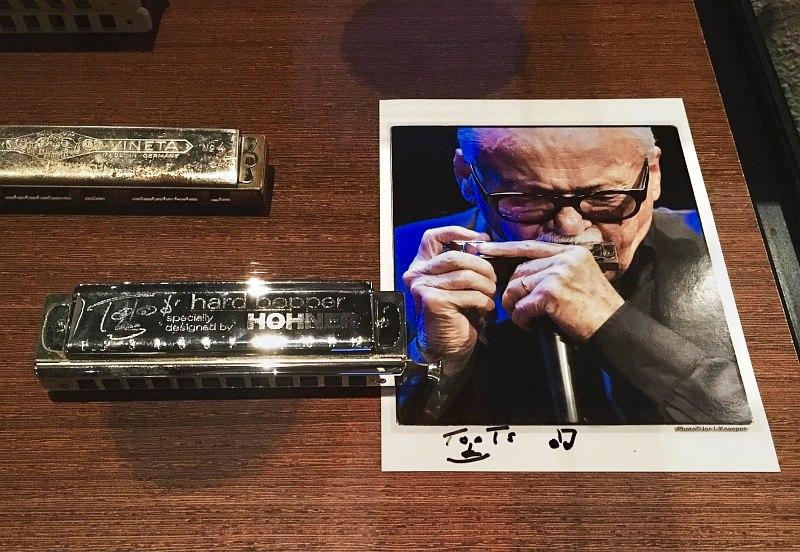 Фото автора: две гармоники и рекламное фото Тутса Тилеманса с его автографом в брюссельском Музее музыкальных инструментов