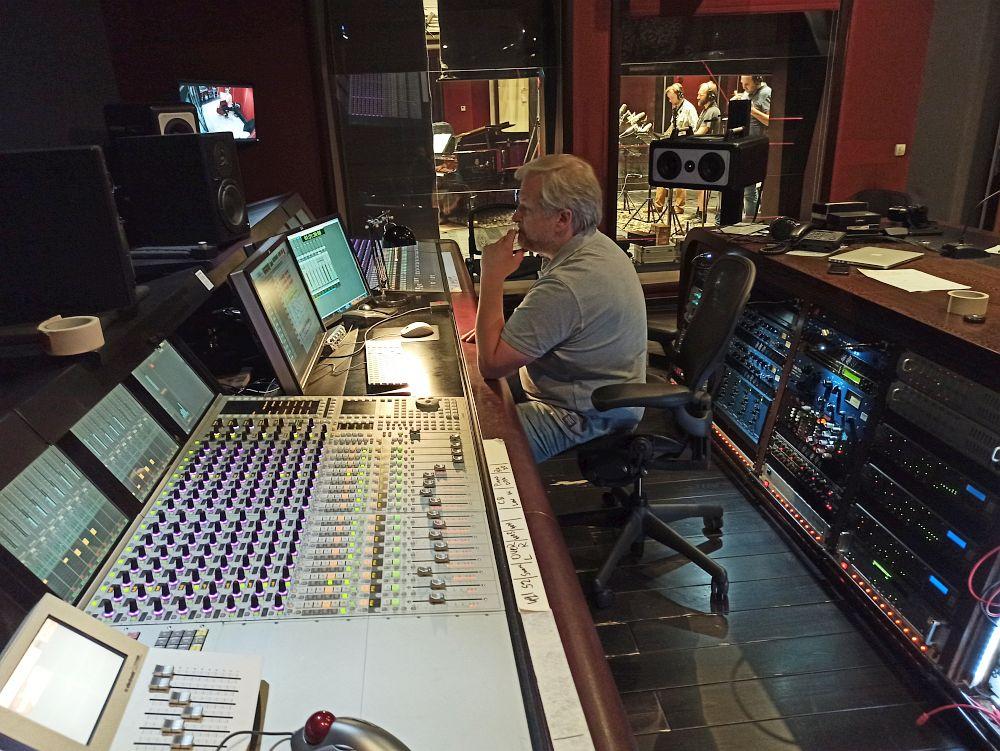 материал для альбома записывает и сводит звукорежиссёр Олег Тимофеев