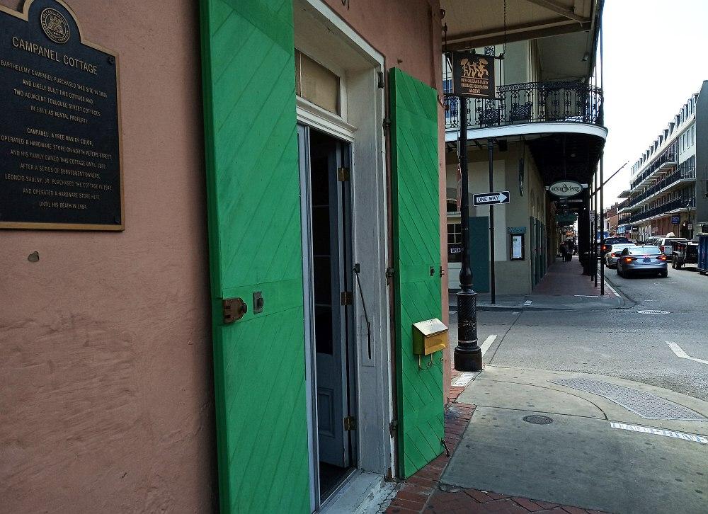 Вход в здание Архива. Типичные колониальные постройки Французского квартала Нью-Орлеана