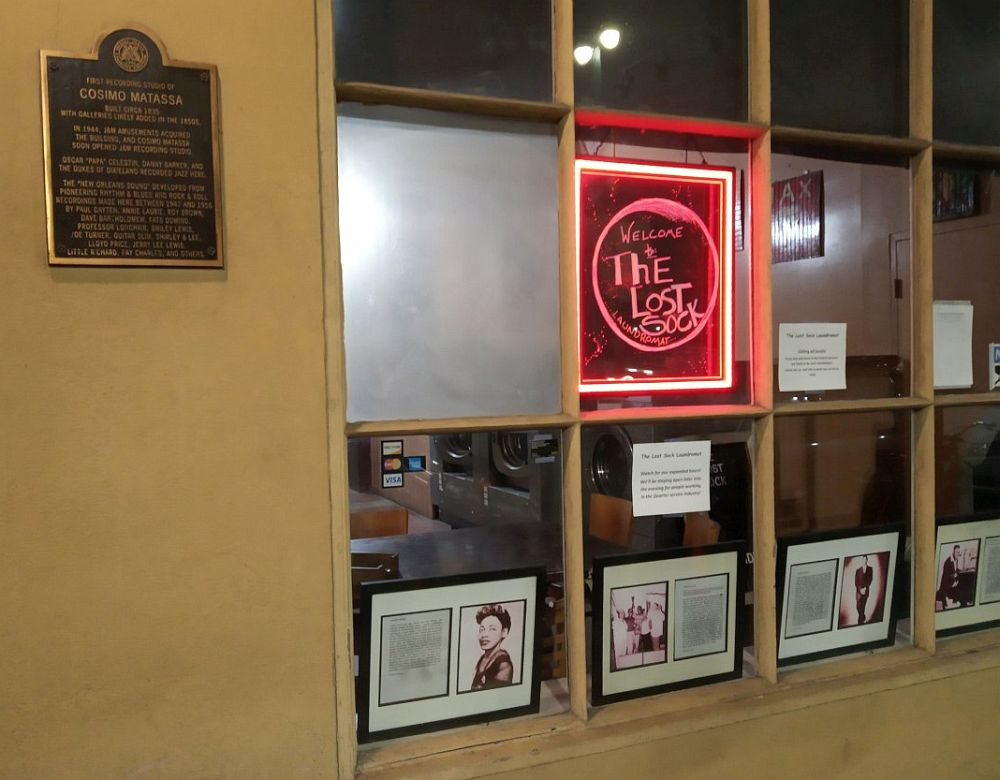 Фотографии музыкантов в окне автоматической прачечной «Потерянный Носок»