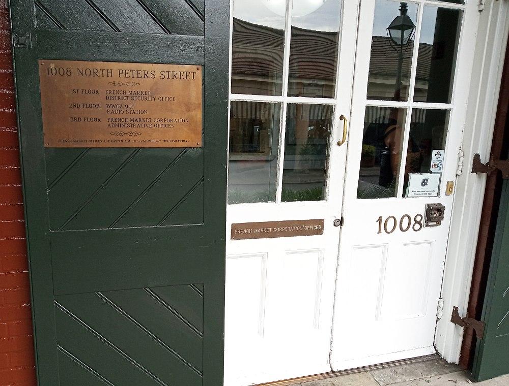 Вход в здание, где находится в том числе и радио WWOZ