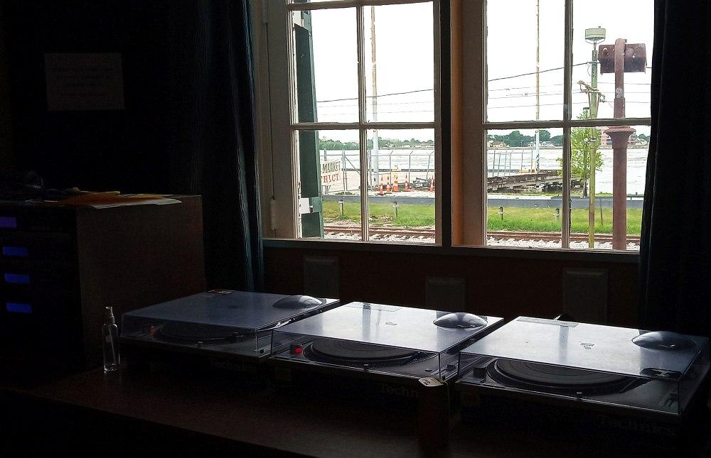 Вид из окна нынешней студии WWOZ: рельсы и Миссисипи