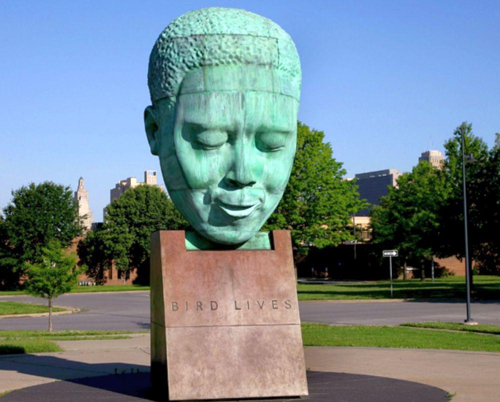 Памятник Чарли Паркеру в его родном Канзас-Сити (открыт в 1999)