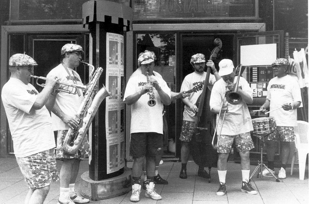 Moscow Band тромбониста Владимира Лебедева перед клубом Nostalgie на Чистопрудном бульваре, вторая половина 1990-х