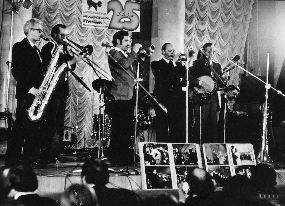 Александр Банных (в центре кадра, слева от В. Грачёва) на 25-летии «Диксиленда Грачёва». Москва, Дом Медика, 1979 (из архива автора)