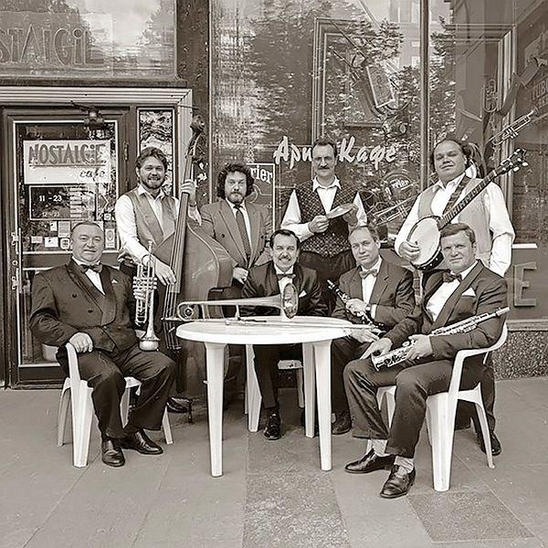Moscow Jazz Band перед клубом Nosalgie, 1996 (фото © Александр Забрин)