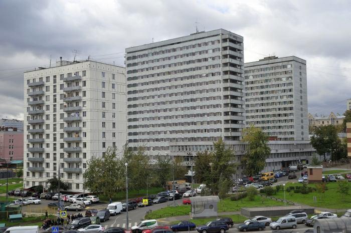 МГТУ, общежитие №10 (концертная площадка располагается в стилобате между двумя зданиями)