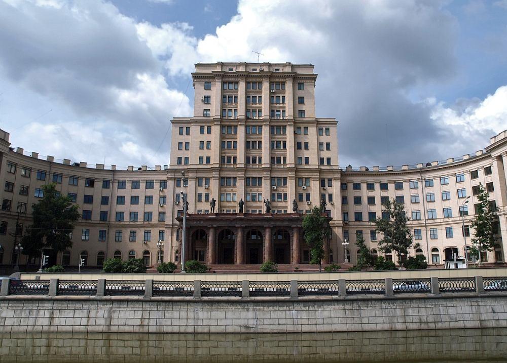 Здесь, в главном учебном корпусе МВТУ им. Баумана (ныне МГТУ), на пятом этаже до 2003 находился Дом культуры (сейчас основной ДК находится в другом месте, а зал в Главном корпусе именуется Малым залом ДК)