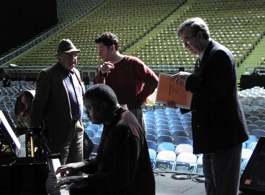 February, 2002: on the Kibbie Dome stadium stage in Moscow, ID, Doc Skinner (right) supervises the rehearsal of the Lionel Hampton Jazz Festival daytime rehearsal. At the piano: Mulgrew Miller; behind him, Bucku Pizzarelli and John Pizzarelli (Cyril Moshkow, Jazz.Ru Magazine)