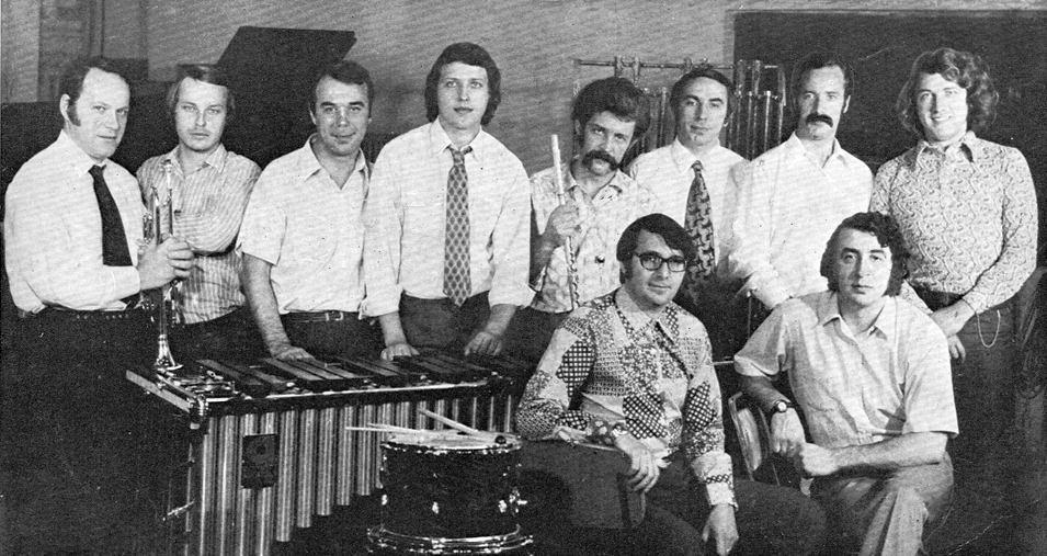 Ансамбль «Мелодия», середина 1970-х: Алексей Зубов четвёртый справа в верхнем ряду (слева от него Борис Фрумкин, прямо под ним сидит Георгий Гаранян)