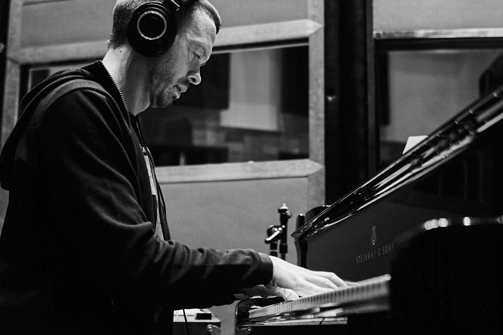 Евгений Пономарёв в студии CineLab SoundMix (фото © Юрий Чичков)