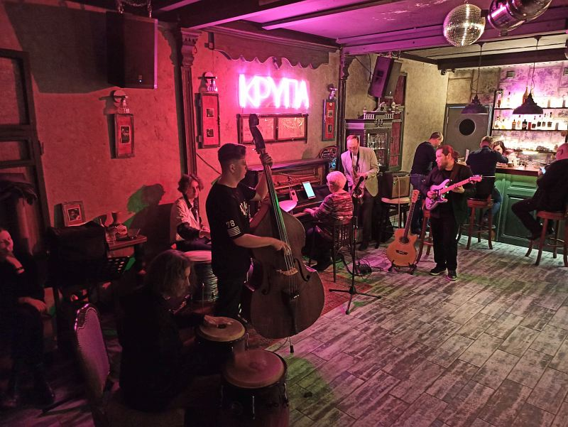 Джем в клубе «Крупа»: на тенор-саксофоне солирует художественный руководитель фестиваля Олег Касимов