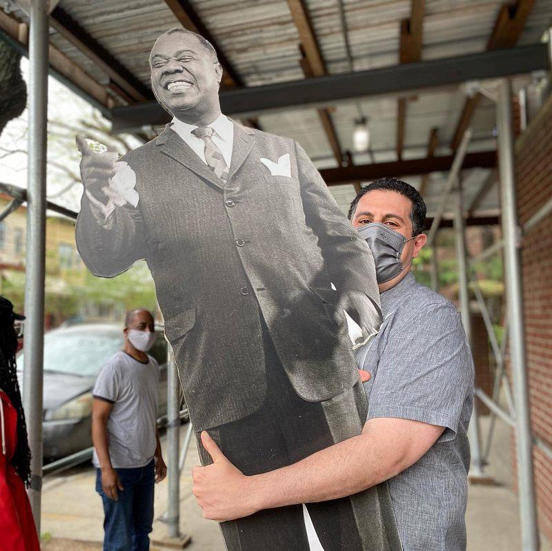 2021: директор Дома-музея по исследовательской работе Рикки Рикарди возвращает фигуру Луи Армстронга на место