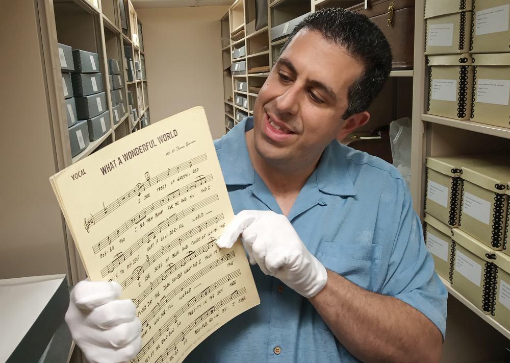 Рикки Рикарди показывает русским коллегам драгоценности из архива Армстронга: те самые ноты песни «Какой удивительный мир», которые Армстронг использовал для записи своего знаменитого последнего хита...