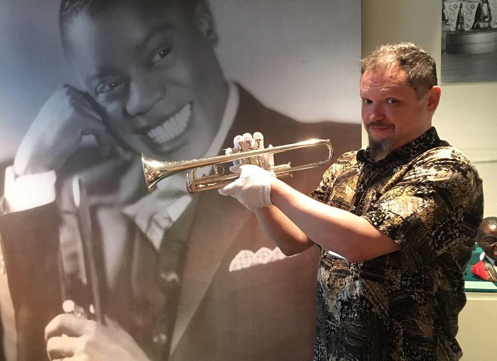 Главный редактор «Джаз.Ру» с трубой Луи Армстронга. Я даже не делал вид, что умею её правильно держать. Я просто держал её с должным благоговением.