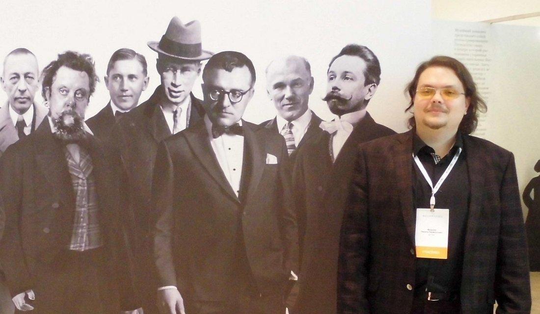 Рядом со стендом «Джаз.Ру» на выставке Intermuseum в московском Манеже рядом со стендом Центра исследования джаза, на котором Никита тоже очень активно помогал, было панно с портретами русских композиторов, рядом с которыми было невозможно не сфотографироваться...