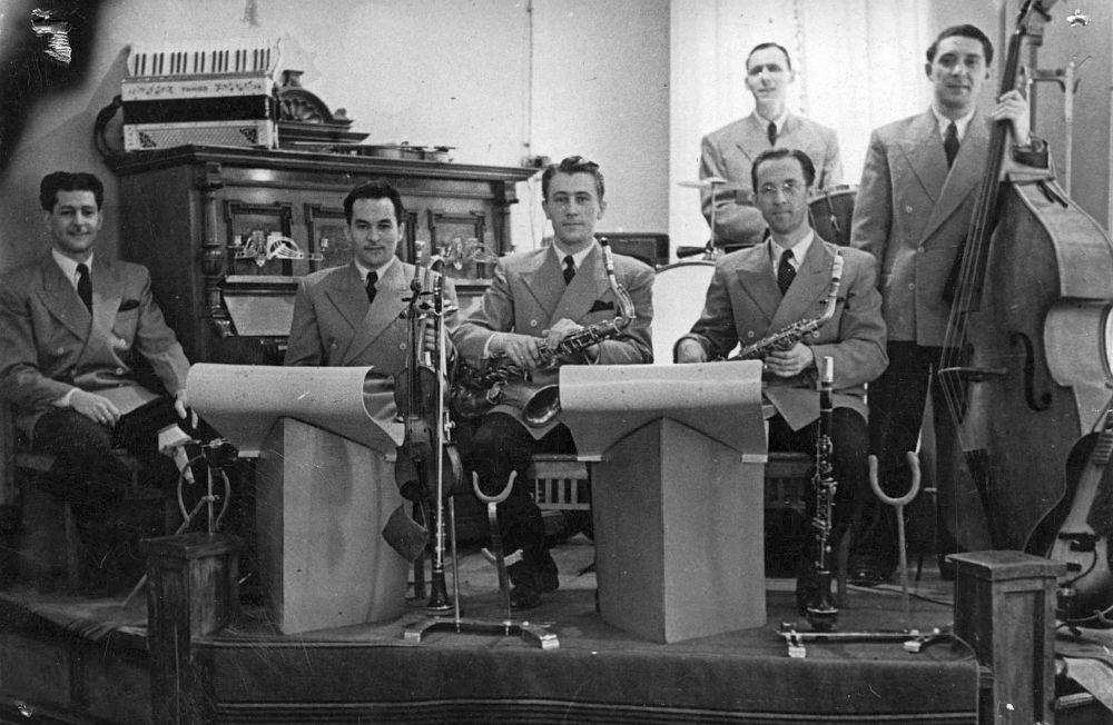 Юрий Модин, Иннокентий Горбунцов, Виктор Деринг, Алексей Серебряков (слева направо, первый ряд), Иннокентий Бондарь и Онофрий Козлов. Ресторан «Казанское подворье», 1950 год.