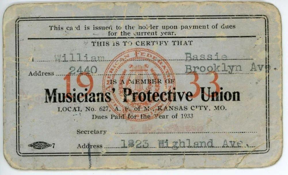 Профсоюзное удостоверение Союза защиты музыкантов на 1933 год, выданное 627-м местным комитетом в Канзас-Сити на имя Уильяма Бэйсси, то есть легендарного джазового бэндлидера Каунта Бэйси. Он работал в Канзас-Сити с 1929 по 1936 год. (Коллекция Публичной библиотеки Канзас-Сити)