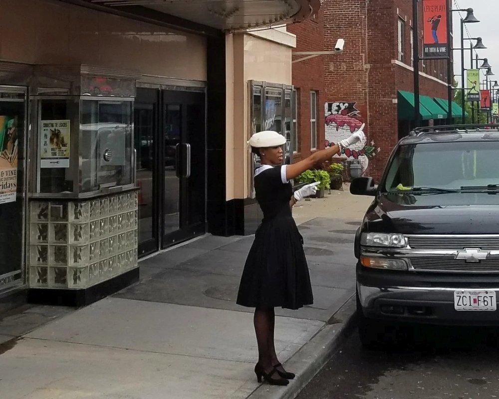 Карен Гриффин перед входом в принадлежащий Музею американского джаза концертный зал Gem