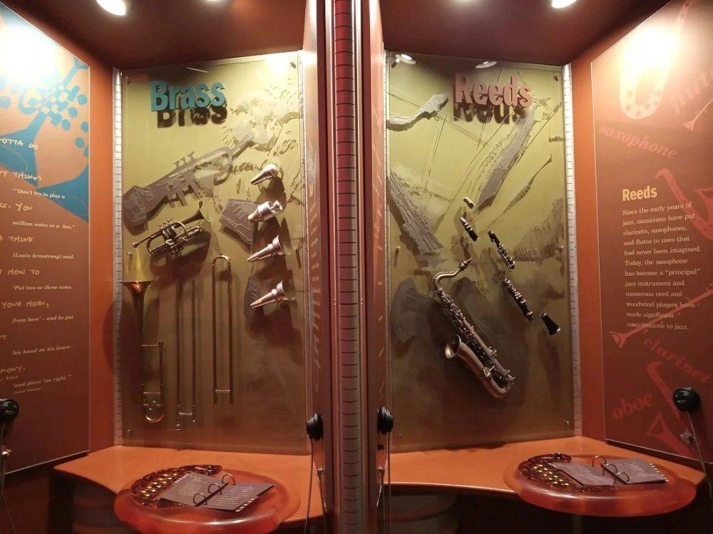 Слева медные инструменты (труба, тромбон, сурдины для них), справа язычковые (саксофон, кларнет)