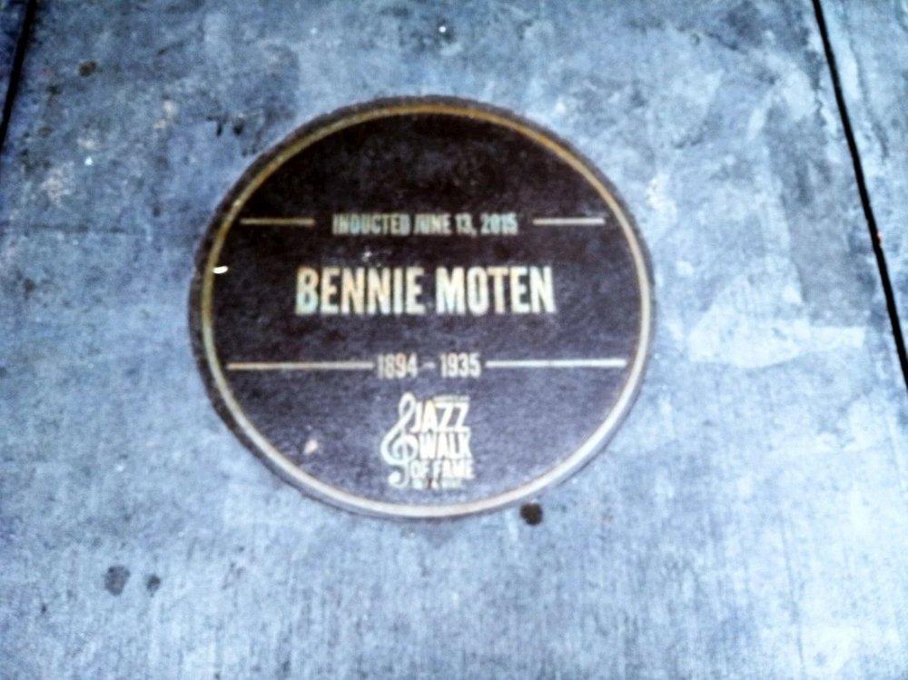 В тротуар перед зданием музея вделаны памятные знаки в честь музыкантов из Канзас-Сити: вот эта посвящена первопроходцу джазовой сцены города, бэндлидеру Бенни Моутену (1894-1935)