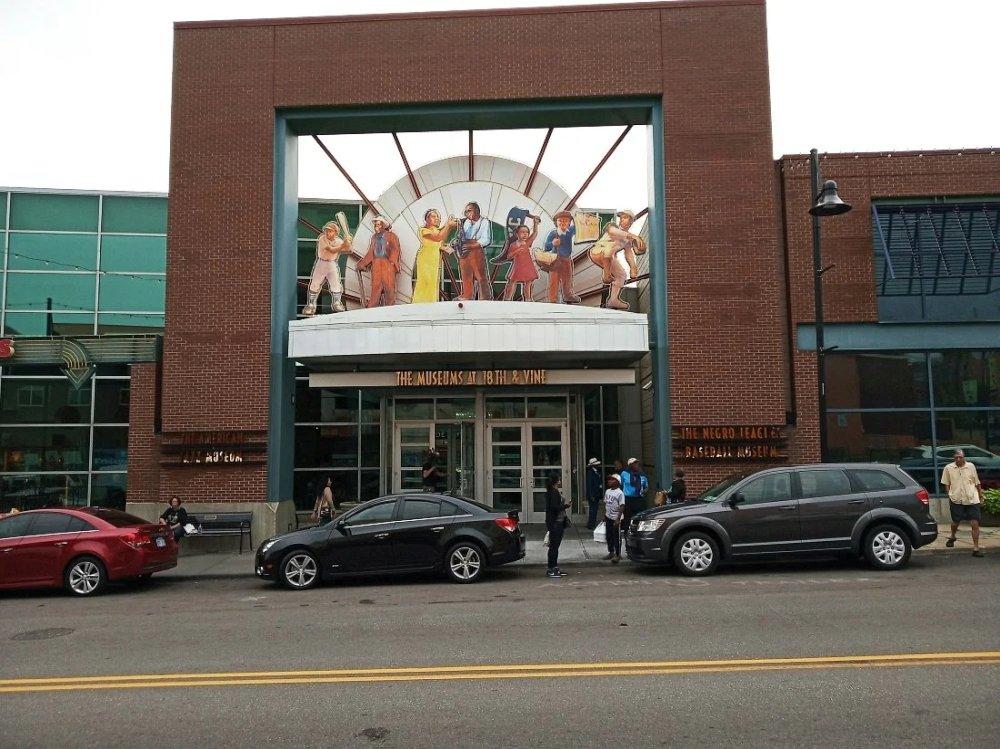 Над входом написано «Музеи на 18 и Вайн»: в здании два музея, Американского джаза и Негритянской лиги бейсбола