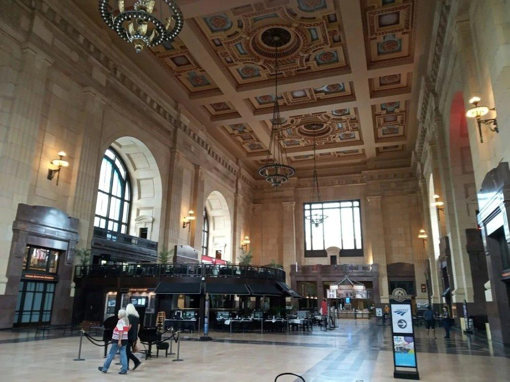 Union Station. Значение железных дорог в Америке сильно упало, пассажирские поезда здесь с конца 1980-х и до 2012 г. вообще не останавливались, но сейчас величественный вокзал превращён в туристический центр (и несколько поездов вдень на него всё же приходят).