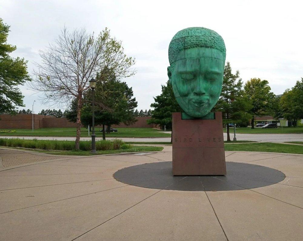 Памятник Чарли Паркеру у здания Музея американского джаза в Канзас-Сити