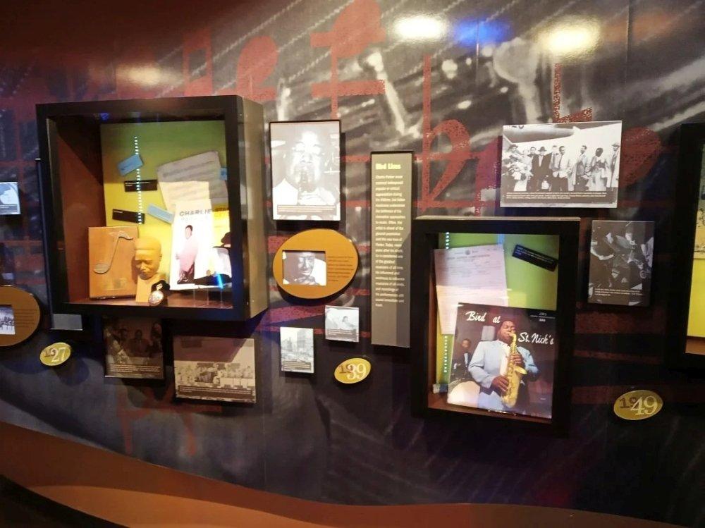 Публичная экспозиция Музея американского джаза построена по хронологическому принципу