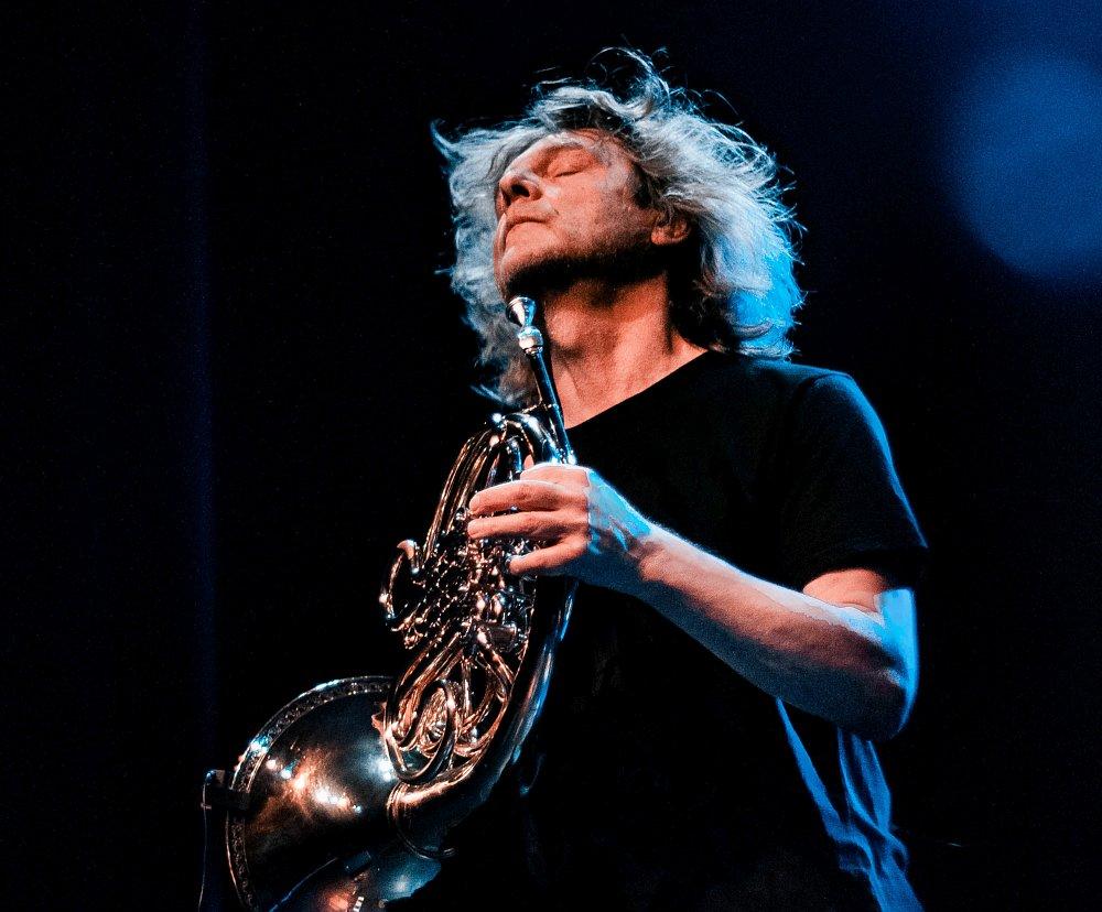 Аркадий Шилклопер на сцене в Брянске (фото автора)