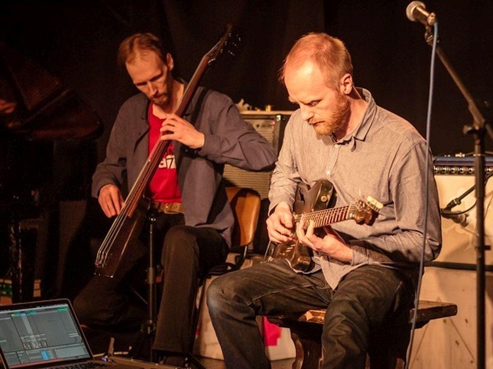 Вадим Дикке (Strangelet Trio) и Лео Абрахамс, Томск, 2019 (фото © Павел Рыскаленко, Новый Рок)