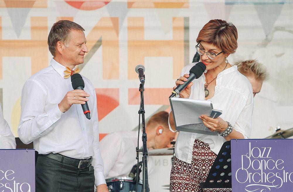 Ведущие фестивального концерта — лидер Feelin's, художественный руководитель фестиваля Геннадий Филин и певица Элла Хрусталёва