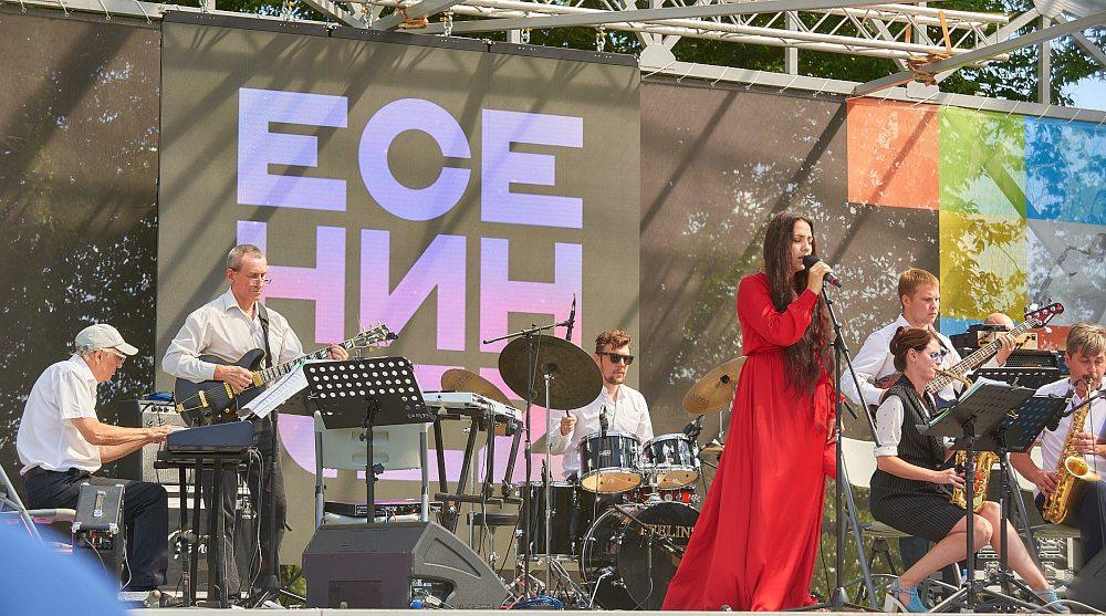 Оркестр ДК «Приокский» под управлением Максима Бабия и певица Манана Оганян