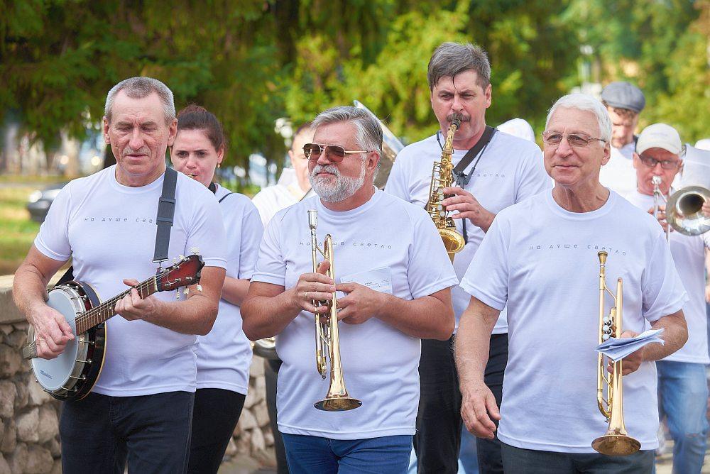 Джазовый парад на улице Есенина